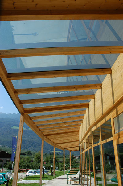 Tettoie in vetro e legno – Semplice e comfort in una casa ...